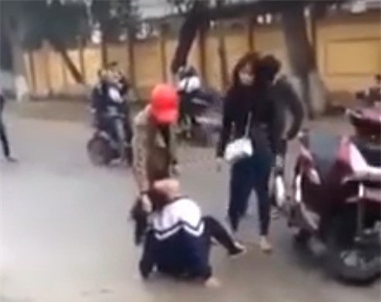 Nữ sinh lớp 10 bị túm tóc, đánh dã man trước cổng trường