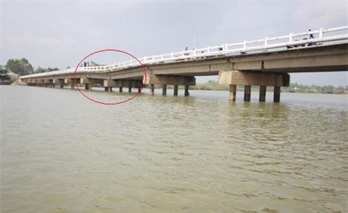 Quảng Nam: Dân tá hỏa khi cầu sụt lún gần nửa mét