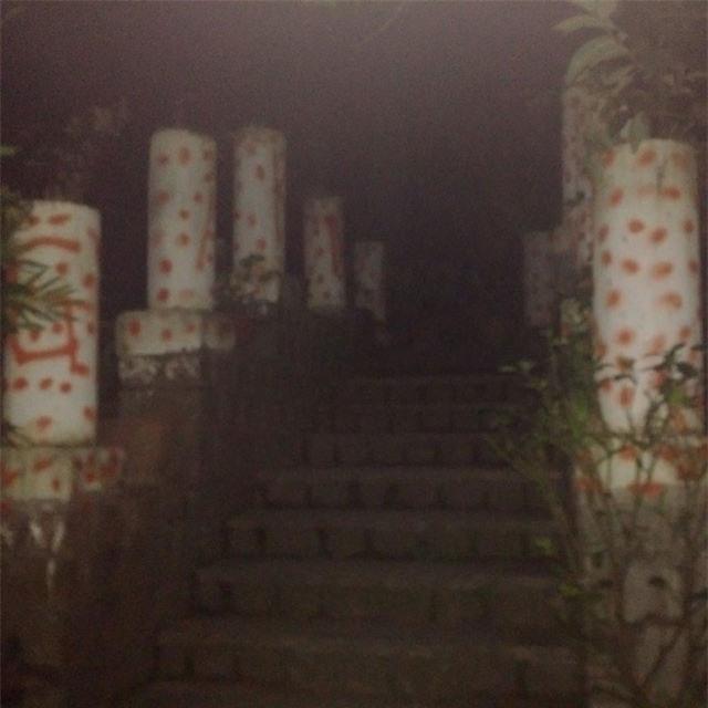 Cổng ra vào với hàng cột tô thêm sơn đỏ.