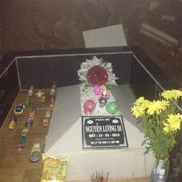 Ngôi mộ vừa được xây mới.