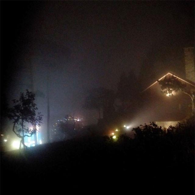 Sương mù dày đặc, gió thổi lạnh buốt, khung cảnh lập lòe như ma trơi ở ngôi biệt thự ma chân đèo Prenn.