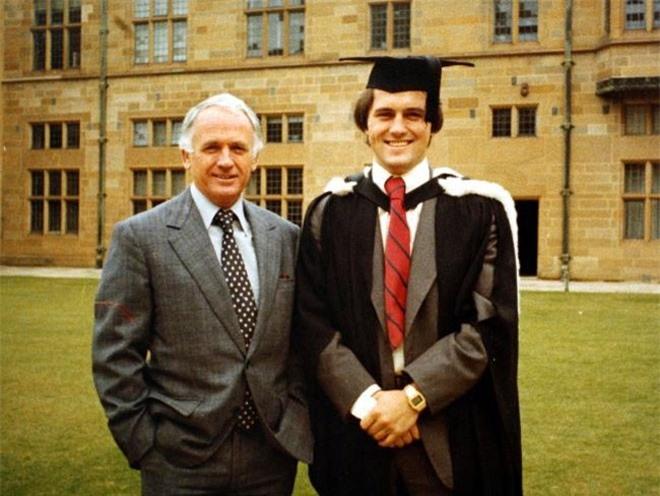 Năm 1977, Turnbull tốt nghiệp Đại học Sydney và được nhận học bổng Rhodes theo học tiếp ở Đại học Oxford danh giá và ra trường với tấm bằng về luật.