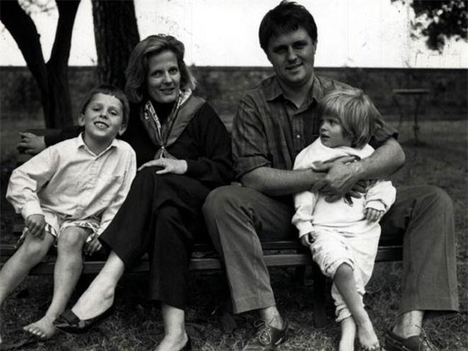 Năm 1980, ông kết hôn với Lucy Hughes (năm nay 57 tuổi), con gái của ông Tom Hughes, tổng chưởng lý của Chính phủ Australia dưới thời Thủ tướng John Gorton. Về sau, bà Lucy trở thành thị trưởng Australia. Cặp đôi có hai người con, một trai, một gái.