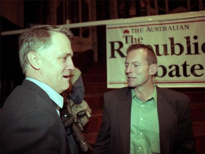 Sau thành công trong lĩnh vực luật và kinh doanh, Turnbull bước chân vào chính trường. Trong cuộc bầu cử năm 2004, ông được bầu làm nghị sĩ tại hạt Wentworth, rồi trở thành thành viên nội các. Năm 2008, ông trở thành thủ lĩnh đảng Tự do, lúc đó là đảng đối lập của Australia. 5 năm sau, vào năm 2009, vị trí của Turnbull bị thách thức và chính ông Tony Abbott là người chiếm mất vị trí lãnh đạo đảng Tự do từ Turnbull với chỉ 1 lá phiếu chênh lệch. Trong ảnh, ông Abbott (trái) và ông Turnbull (phải) trong một cuộc tranh luận.