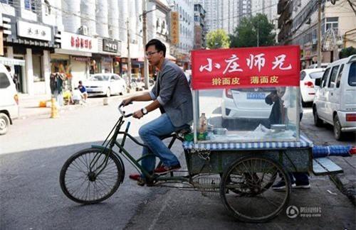 Hàng ngày, Trang Đông kéo quầy hàng bánh tráng của mình ra cổng trường đại học Tây An.