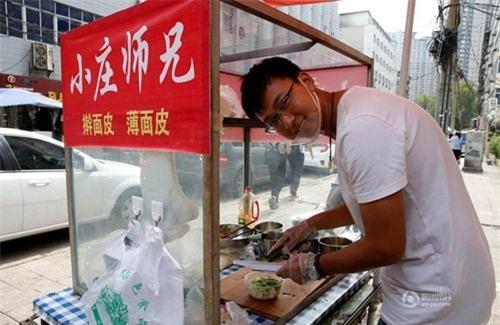 Quầy bánh tráng nguội của Trang Đống thu hút được rất nhiều người tới ăn bởi ông chủ quầy nhiệt tình, vui vẻ.