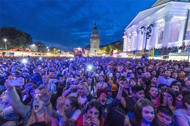 Người Đức trong lễ hội âm nhạc ở Darmstadt, nơi nhiều phụ nữ tố cáo bị dân nhập cư tấn công tình dục.