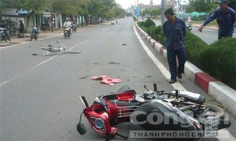 TX La Gi - Đi xe máy tông vào nữ sinh, thầy giáo nguy kịch