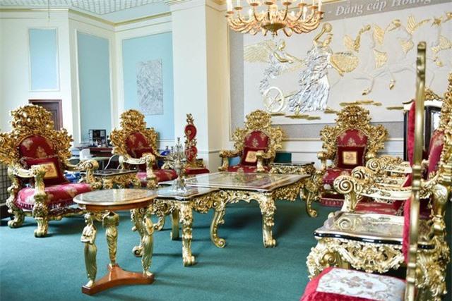 Bộ bàn ghế gồm 18 món trong đó 8 ghế sofa, 2 bàn, 8 đôn… tất cả đều được mạ vàng Italia và nổi bật bởi hoa văn chạm khắc đẹp.