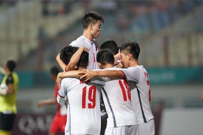 Các cầu thủ của Olympic Việt Nam ăn mừng bàn thắng.