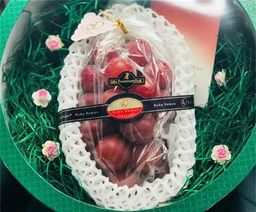 Chùm nho Ruby Roman được bán tại Việt Nam với giá 11 triệu đồng.