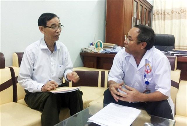 Nhà báo Minh Khoa trao đổi với Phó Giám đốc Viện Pháp y tâm thần Trung ương Dương Văn Lương.