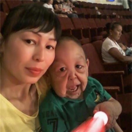 Yernar chụp hình cùng mẹ
