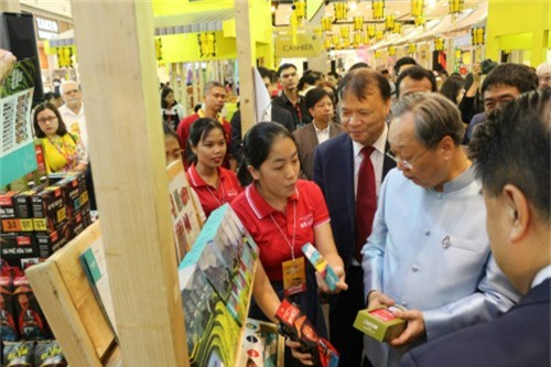 Ông Sontirat Sontijirawong - Bộ trưởng Bộ Thương mại Thái Lan (Áo xanh dương) và ôngĐỗ Thắng Hải - Thứ trưởng Bộ Công thương Việt Nam (đeo ravat) tham quan một gian hàng chiều ngày 22/8.