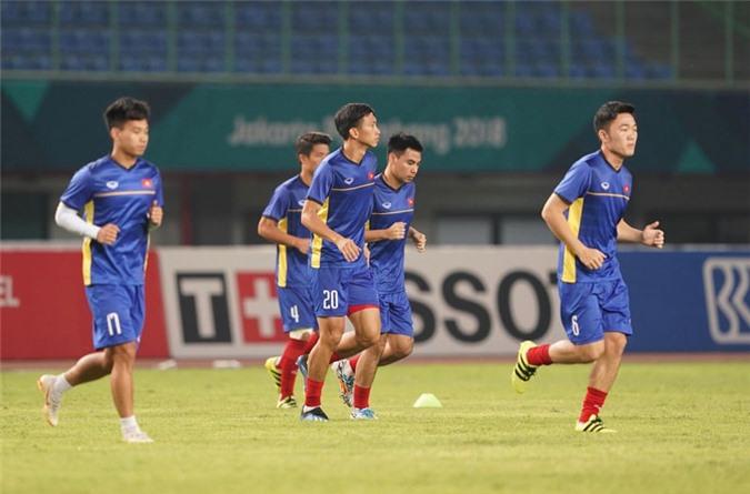 Olympic Việt Nam khởi động trước trận. Ảnh: Thanh niên.