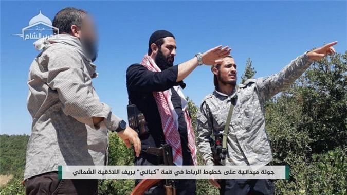 Abu Mohammad Al-Jolani (giữa) - thủ lĩnh nhóm phiến quân Hay'at Tahrir Al-Sham (HTS)