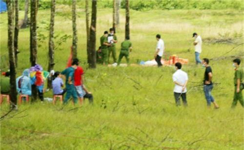 """Ném xác chết vào nhà hàng xóm để vu oan. Để giải quyết mâu thuẫn, gã đàn ông ở Bình Phước đào xác phụ nữ mang đến ném vào vườn cao su nhà hàng xóm để """"trả thù"""". (CHI TIẾT)"""