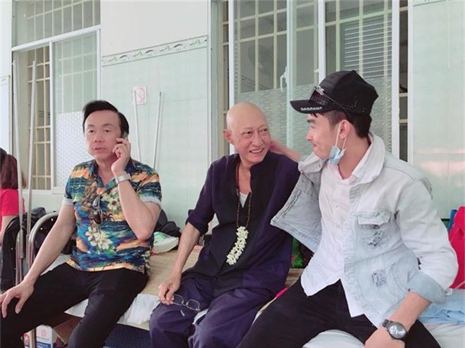 Mai Phương được bạn bè đưa tới thăm nghệ sĩ Lê Bình điều trị cùng khoa.