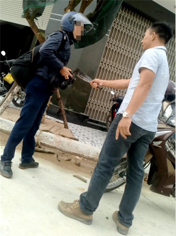 Sắp xét xử vụ cầm dao dọa giết phóng viên  23/08/2018 20:03 Ông Bình được xác định là người cầm dao dọa giết một phóng viên khi chụp hình xe tải chở đất có dấu hiệu quá tải trên 1 tuyến đường ở TP Quy Nhơn, tỉnh Bình Định.