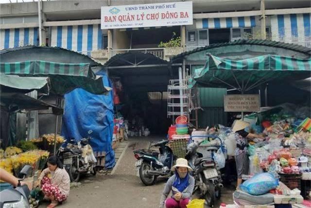 Bảo vệ chợ Đông Ba bị khách côn đồ đâm nguy kịch. Sáng 24/8, ông Hồ Văn Đạo, Đội trưởng Đội Bảo vệ Ban quản lý chợ Đông Ba (TP Huế), cho biết ông Ngô Văn Lợi (55 tuổi), nhân viên bảo vệ trong đội vừa bị một đối tượng đâm nguy kịch. (CHI TIẾT)