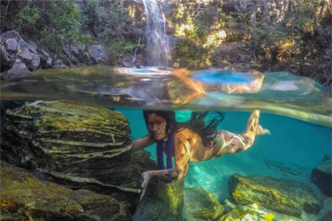 Nhiếp ảnh gia Ricardo Stuckert dành nhiều thời gian ở cạnh những người dân các bộ lạc bí ẩn ở Brazil để ghi lại những bức hình độc đáo về cuộc sống của họ. Năm 2015, anh bắt đầu chụp ảnh những người dân bản địa, với mục tiêu xuất bản cuốn sách về người da đỏ Brazil trong năm 2018. Đây sẽ là cuốn sách kỷ lục khi có rất nhiều bức hình hé lộ cách nhìn hiếm hoi về cuộc sống của một số bộ lạc bí ẩn ở Brazil đang gần như bị lãng quên bởi xã hội hiện tại.