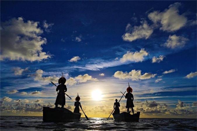 Người da đỏ Pataxó đứng trên thuyền để ngắm mặt trời mọc ở Porto Seguro, bang Bahia.