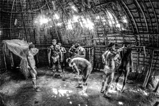 Bức ảnh ghi lại cảnh người đàn ông bộ tộc Kalapalo chuẩn bị cho trận đấu với đối thủ bộ lạc Huka-Huka ở làng Ahia, một phần của nghi lễ cổ xưa.