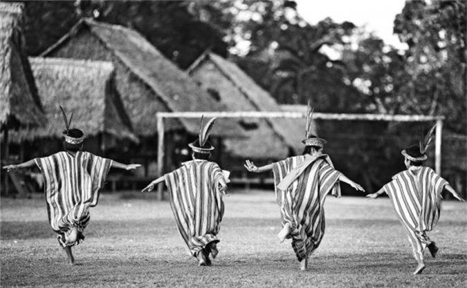 Trẻ em bộ lạc Ashaninka dường như đang chạy về phía khung thành phía trước mặt trong làng Apiwtxa.