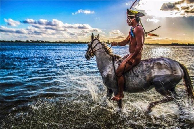 Bức ảnh tuyệt đẹp về người đàn ông bộ lạc Aanawy Xucuru Kariri cưỡi ngựa trên sông São Francisco.
