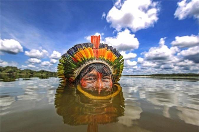 Nhiếp ảnh gia Ricardo bắt được khoảnh khắc người đàn ông bộ lạc Bejà Kayapó đang ngâm mình trên sông Xingu, bang Mato Grosso.