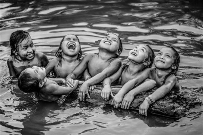 """""""Những bức ảnh cho thấy lối sống lâu đời của những người bản địa sống hài hòa với thiên nhiên"""", nhiếp ảnh gia 47 tuổi nói. """"Các bức ảnh cung cấp một cái nhìn tổng quan về tình hình đương đại của người dân bản địa ở Brazil""""."""