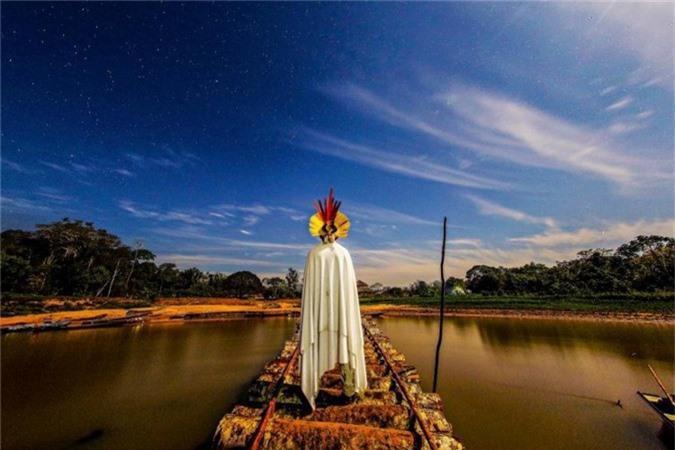 Một thành viên của bộ lạc Tanawy Xucuru Cariri đứng bên cạnh sông So Francisco ở bang Alagoas.