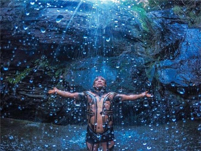 Người bộ lạc Yawalapiti đứng bên dưới một thác nước ở Chapada dos Veadeiros trong bức hình khiến nhiều người liên tưởng tới bộ phim khoa học viễn tưởng nổi tiếng Avatar.