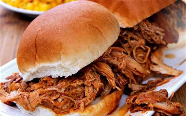 Hamburger thịt lợn xé là một trong những món cần cảnh giác bởi chúng có thể làm từ nguyên liệu tận dụng.