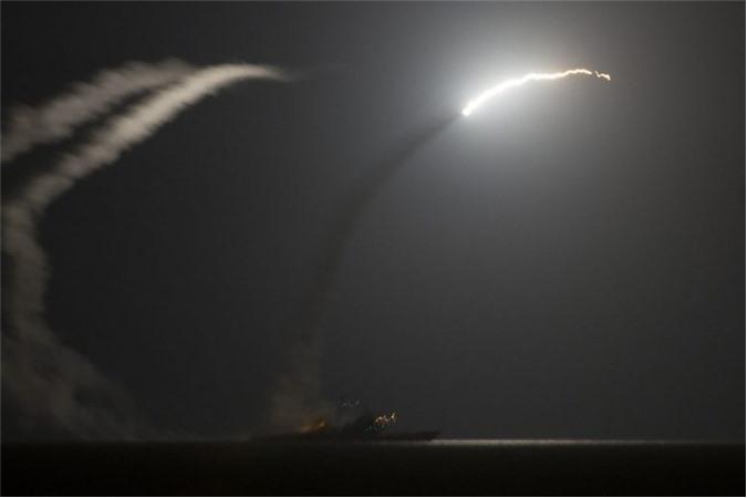 Tàu sân bay mang tên lửa điều khiển USS Philippine Sea của Hải quân Mỹ nã các tên lửa hành trình RGM-109 Tomahawk chống lại các mục tiêu IS tại Đông Syria hồi tháng 9/2014. (Ảnh: Hải quân Mỹ)