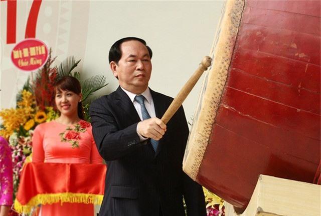 Chủ tịch nước Trần Đại Quang đánh trống khai giảng năm học 2017- 2018. (Ảnh: Mai Châm)