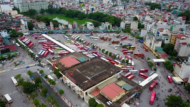 Chiều 31/8, hàng trăm xe khách liên tỉnh đã túc trực ở bến xe Giáp Bát (Hà Nội) sẵn sàng đón dòng người rời Thủ đô về quê trong dịp nghỉ lễ 2/9.