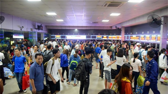 Tại bến xe nước ngầm lượng hành khách tăng đột biến, tuy nhiên có sự chuẩn bị trước của bến xe nên đa phần hành khách không phải đợi lâu.