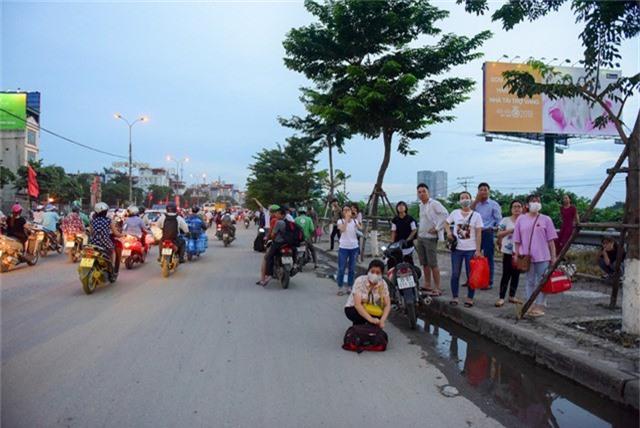 Nhiều người đứng bắt xe tại mặt đường giải phóng.