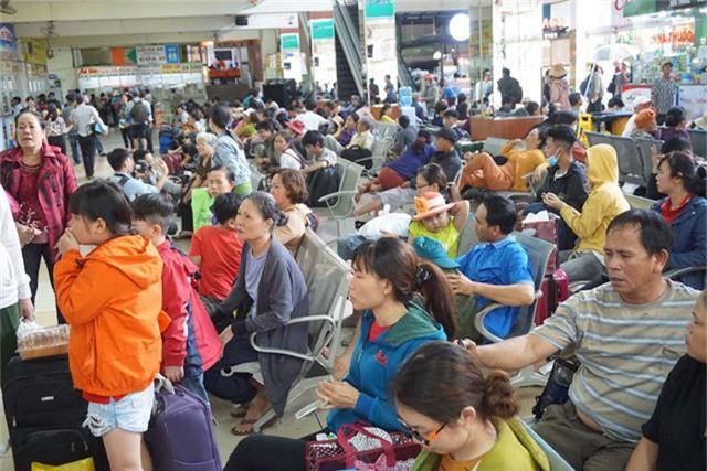 Hành khách chờ xe tại bến xe Miền Đông để rời TPHCM đi nghỉ lễ