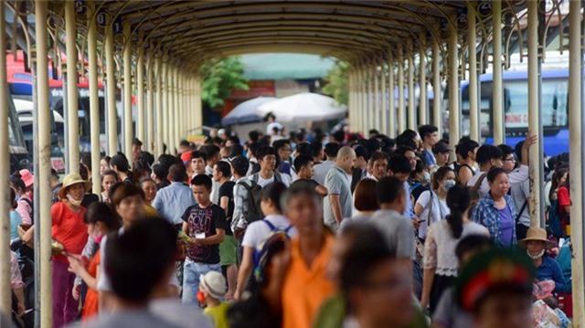 Lượng người đổ về bến xe Giáp Bát tăng đột biến, đông hơn các ngày thường