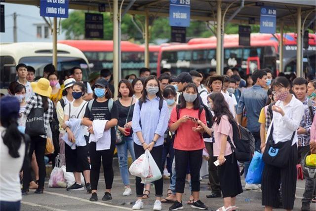 Nhà chờ xe về các tỉnh Thanh Hoá, Hưng Yên, Hà Nam... luôn đông nghịt người.
