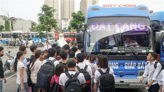 Một nhà xe Hà Nội Hải Phòng chật kín khách.