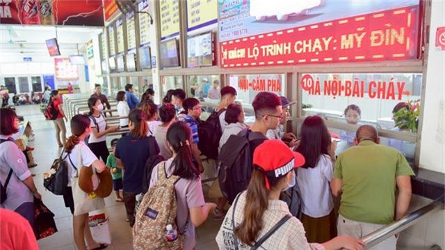 Tại một số gian hàng bán vé hành khách phải xếp hàng chờ tới lượt mình mua vé.