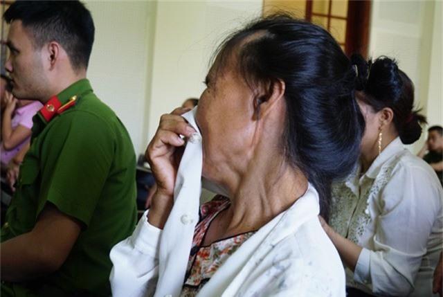 Bà Vũ Thị Minh bật khóc khi con trai không nhận ra mình