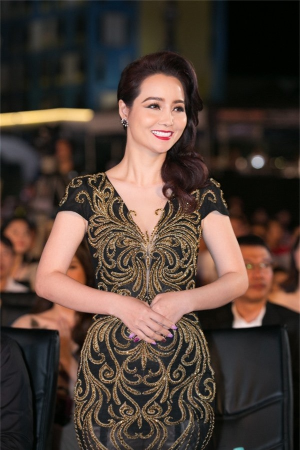 Mai Thu Huyền nổi bật nhờ trang phục phù hợp vóc dáng.