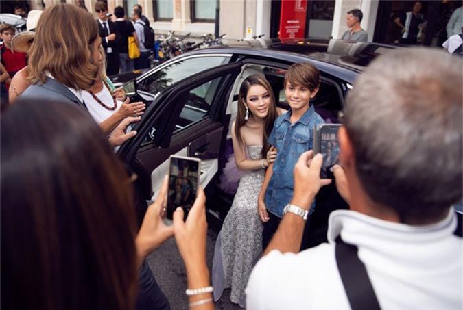 Lãnh sự danh dự của Romania được một cậu bé xin chụp ảnh chung ngay khi vừa bước xuống xe.