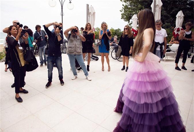Tùng váy ombre chuyển màu tím nhạt giúp cô thêm nổi bật ở sự kiện điện ảnh quốc tế.
