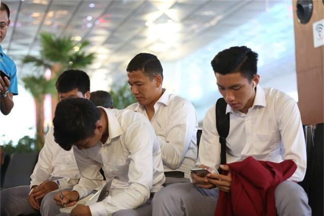Các cầu thủ Olympic Việt Nam tỏ ra khá mệt mỏi ở sân bay