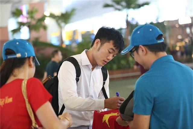 Xuân Trường ký tặng người hâm mộ ở sân bay